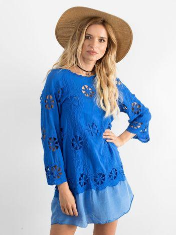 Niebieska sukienka w ażurowe wzory