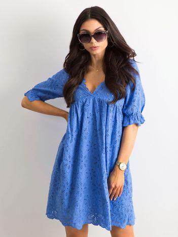Niebieska sukienka w haftowane kwiaty