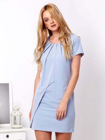 Niebieska sukienka z asymetryczną falbaną