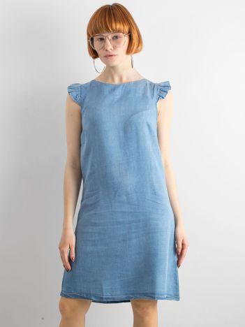 Niebieska sukienka z falbankami na ramionach