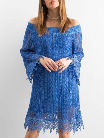 Niebieska sukienka z koronki