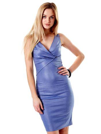 Niebieska sukienka z połyskliwego materiału