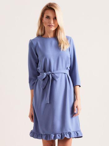 Niebieska sukienka z wiązaniem i falbanami