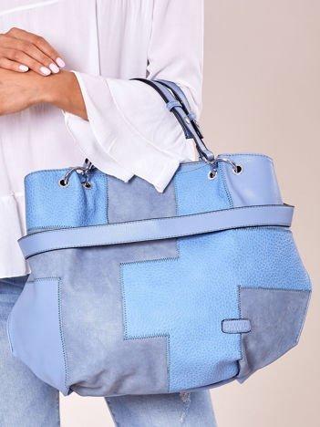 Niebieska torba shopper z geometrycznymi modułami