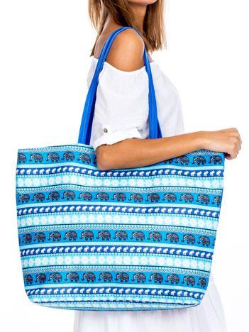 Niebieska torba we wzory