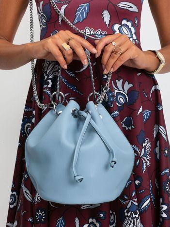 Niebieska torebka z łańcuszkiem