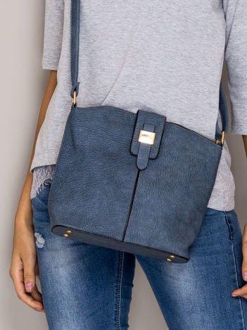 Niebieska torebka z ozdobną klapką
