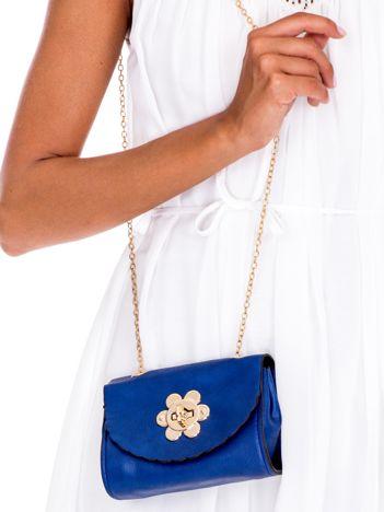 Niebieska torebka z ozdobnym zapięciem