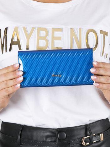 Niebieski lakierowany portfel skórzany we wzór 3D