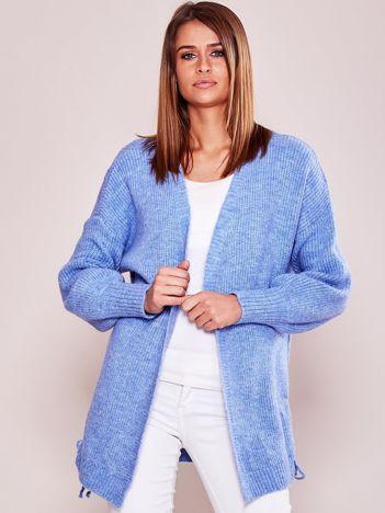 Niebieski luźny sweter bez zapięcia