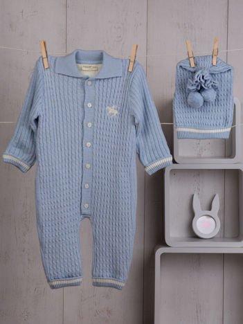 Niebieski niemowlęcy pajacyk kombinezonik dzianinowy zapinany na guziki ocieplony futerkiem komplet z czapeczką