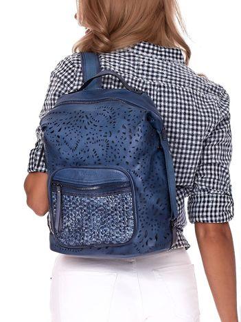 Niebieski plecak damski z eko skóry z ażurowaniem i plecionką