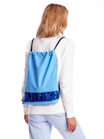 Niebieski plecak worek z geometryczną wstawką