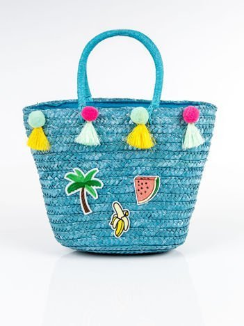 Niebieski pleciony koszyk plażowy z naszywkami