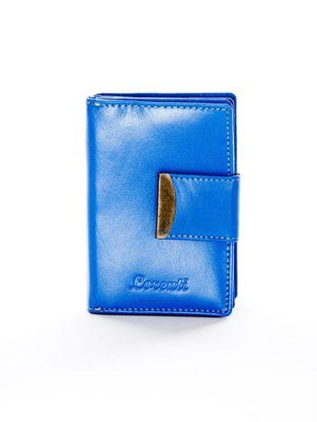 Niebieski portfel ze skóry naturalnej z ozdobną klapką
