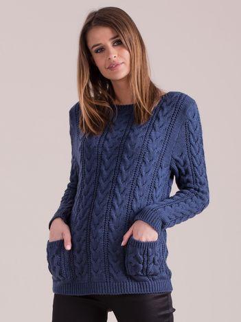 Niebieski sweter w warkocze z kieszeniami