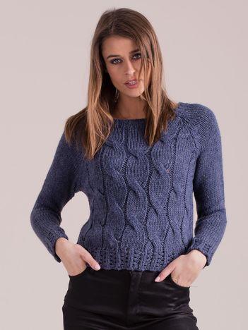 Niebieski sweter w warkoczowe sploty