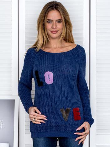 Niebieski sweter z naszywką liter