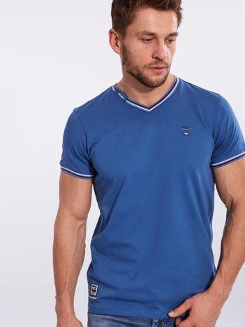 Niebieski t-shirt męski z dekoltem w serek