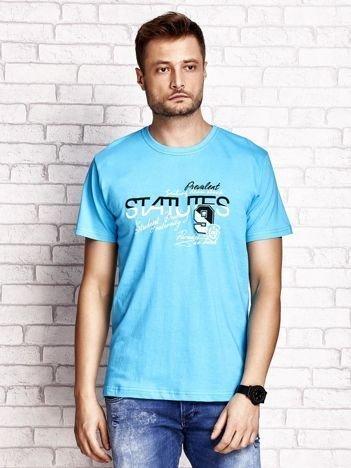 Niebieski t-shirt męski z nadrukiem napisów i cyfrą 9