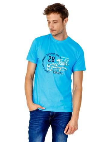 Niebieski t-shirt męski z napisem CHAMPION i liczbą 28