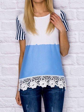 Niebieski t-shirt z motywem pasków i koronką