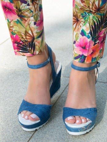 Niebieskie  denim sandały na koturnach z haftowanym motylem zapinane w kostce