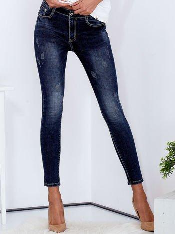 Niebieskie dopasowane jeansy damskie