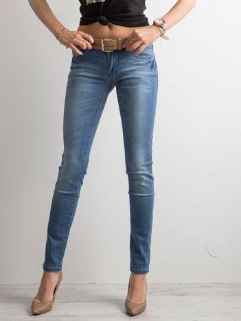 Niebieskie jeansowe biodrówki