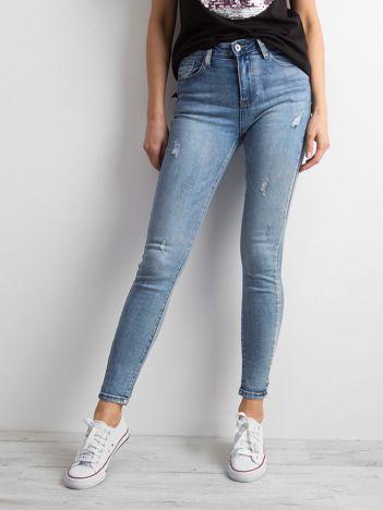 Niebieskie jeansowe rurki z efektem sprania