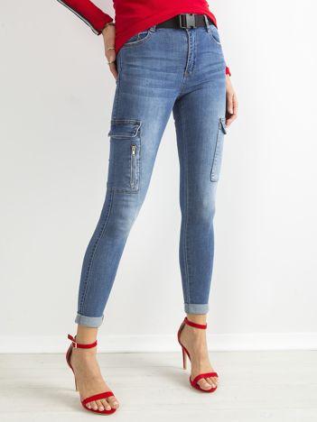 747969c996 Niebieskie jeansowe rurki z kieszeniami na nogawkach