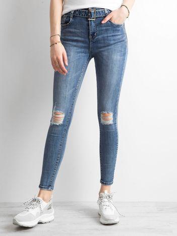 Niebieskie jeansowe rurki z paskiem
