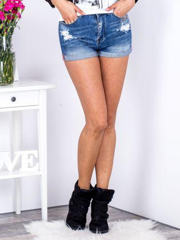 Niebieskie jeansowe szorty z zawieszkami