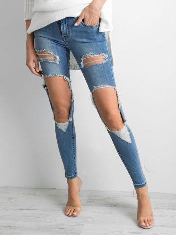 Niebieskie jeansy damaged