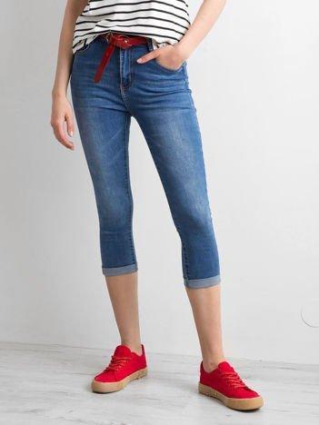 Niebieskie jeansy damskie z podwijanymi nogawkami