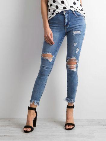 Niebieskie jeansy destroyed