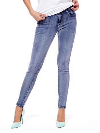 Niebieskie jeansy high waist z przetarciami