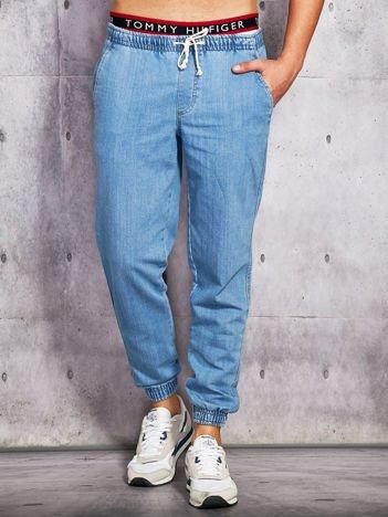 Niebieskie jeansy męskie z troczkami