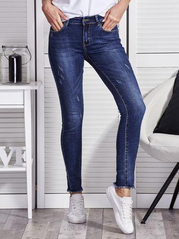 Niebieskie jeansy regular z niewykończonym brzegiem