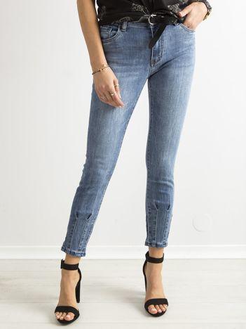 Niebieskie jeansy rurki z ozdobnymi nogawkami