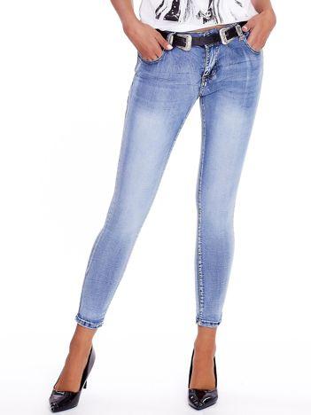 Niebieskie jeansy rurki z paskiem
