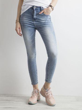 Niebieskie jeansy z efektem sprania