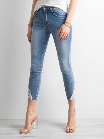 Niebieskie jeansy z koronką