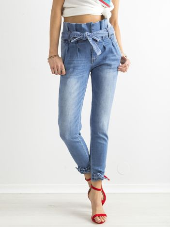 Niebieskie jeansy z wysokim stanem i wiązaniem