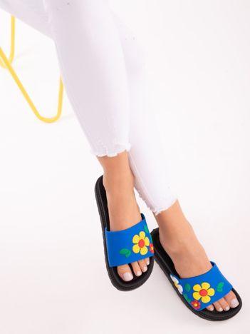 Niebieskie klapki na grubej podeszwie w żółte kwiaty