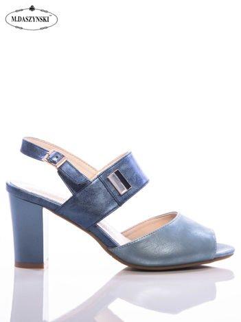 Niebieskie metaliczne sandały Daszyński z ozdobną lustrzaną przypinką na boku
