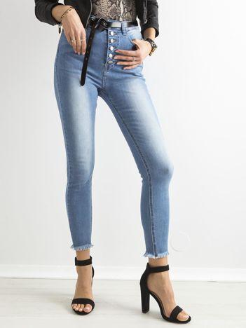 Niebieskie przecierane jeansy z wysokim stanem i guzikami