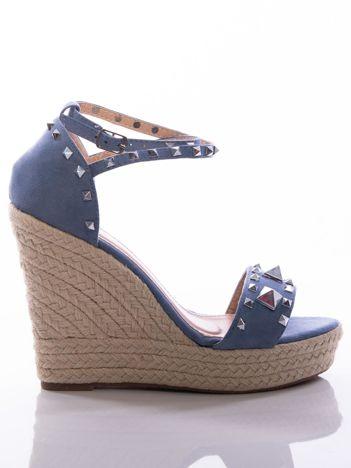 Niebieskie sandały na koturnach, z ozdobnymi ćwiekami, zapinane na pasek wokół kostki