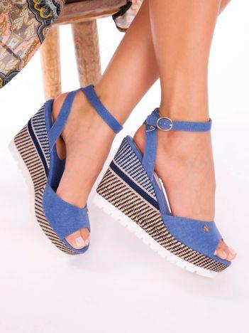 Niebieskie sandały na ozdobnie wyszywanych koturnach