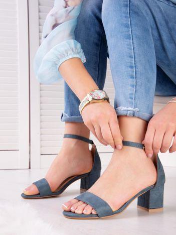 Niebieskie sandały z eco zamszu na niskim klocku z zapięciem na pasek